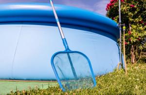gartenpool reinigen wasser sauber halten mit diesen tipps. Black Bedroom Furniture Sets. Home Design Ideas
